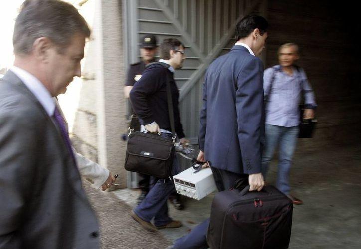 Técnicos y policía científica llegan al juzgado de Santiago de Compostela para analizar las cajas negras del tren siniestrado. (EFE)