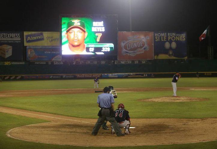 El parque 'Kukulcán' estrenó anoche su espectacular Megapantalla, al estilo de las Grandes Ligas. (Mauricio Palos/Milenio Novedades)