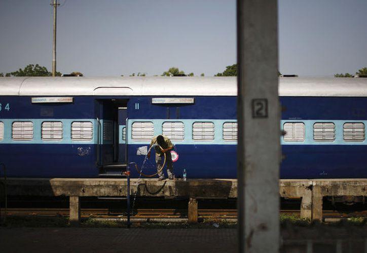 Un policía logró salvarle la vida a un joven que quedó atrapado en las puertas de un vagón de tren, en Bombay. (Reuters)