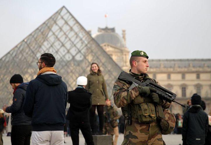En toda Francia, especialmente en París, la seguridad fue multiplicada por el alto nivel de alerta terrorista. (AP/Christophe Ena)