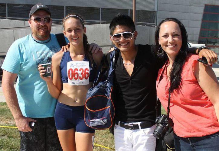 La atleta con su entrenador y familiares. (Ángel Mazariego/SIPSE)
