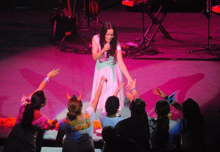 Julieta Venegas varias veces recorrió el escenario para saludar al público. (Redacción/SIPSE)