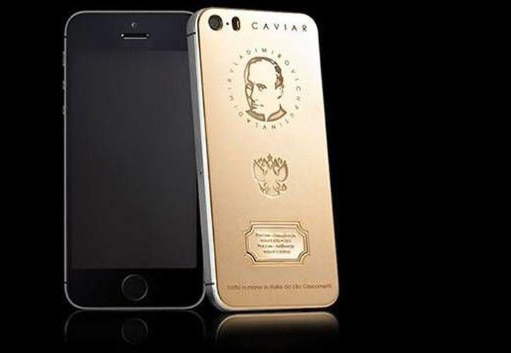 La imagen de Putin está grabado en la carcasa dorada del celular junto con el escudo de Rusia y los dos primeros versos del himno nacional. (caviar-phone.ru)