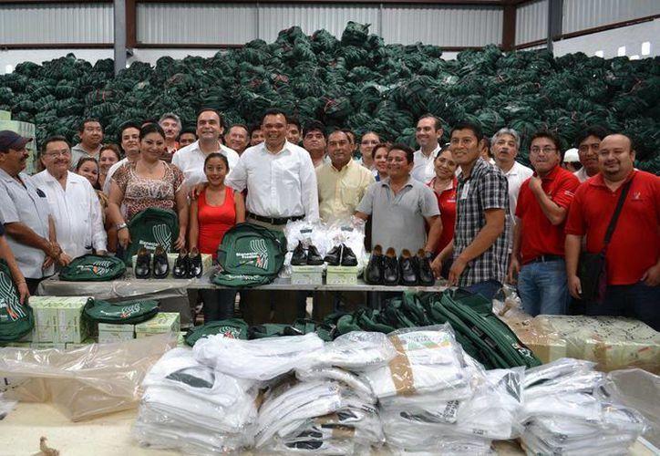 Rolando Zapata Bello visitó ayer las bodegas de las secretarías de Educación y de Desarrollo Social a tan solo unos días de la entrega de útiles escolares a los niños yucatecos. (Milenio Novedades)