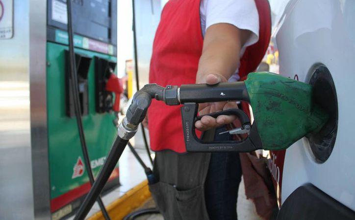 Con la liberalización del mercado de combustibles en México, los precios de las gasolinas Magna y Premium registrarían un notable aumento. (Archivo/Notimex)
