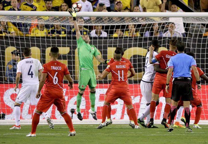 David Ospina, guardameta de Colombia, fue uno de los hombres más importantes en el partido de cuartos de final de Copa América Centenario contra Perú. (AP)