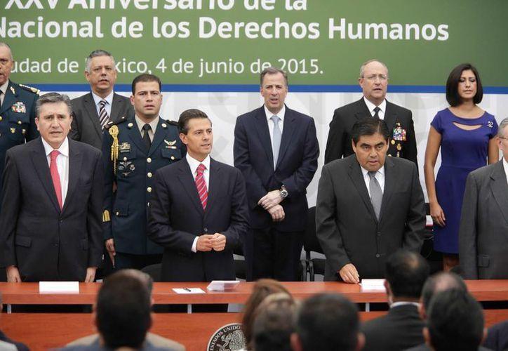 Peña Nieto encabezó la ceremonia conmemorativa del 25 aniversario de la CNDH, acompañado de diversos funcionarios. (Notimex)