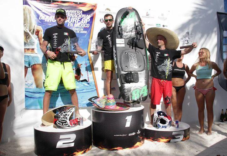 Los ganadores del Campeonato Mundial de Jetsurf Cancún 2015. (Consuelo Javier/SIPSE)