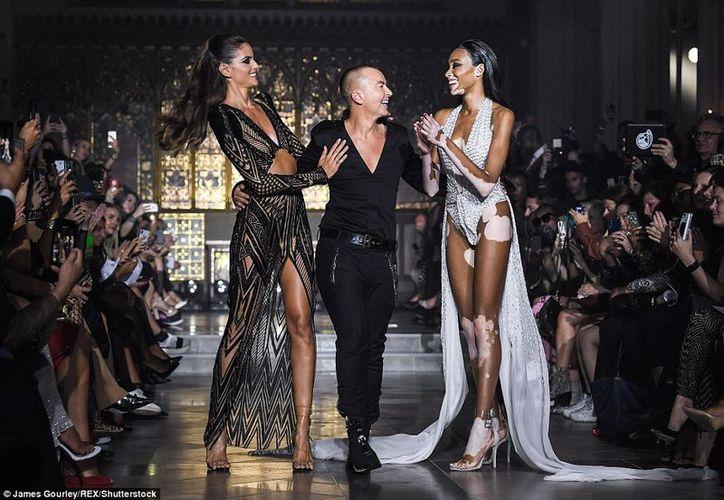 El diseñador estuvo acompañado de las modelos Winnie Harlow, y la brasileña, Izable Goulart. (Daily Mail)