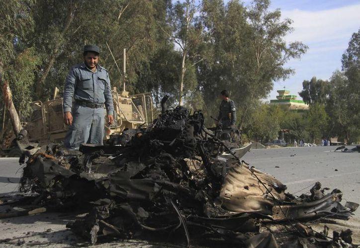 Soldados estadounidenses y policías afganos inspeccionan el sitio donde se produjo un atentado suicida perpetrado contra un convoy militar estadounidense en el distrito de Bashood, el pasado 13 de noviembre, en la provincia de Nangarhar, Afganistán. (EFE/Foto de contexto)