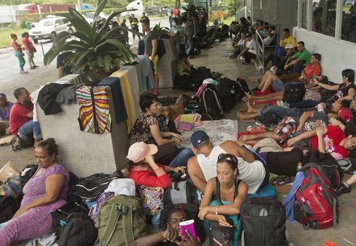 Imagen de un grupo de inmigrantes cubanos durante su estancia en Costa Rica. Los isleños tendrán un permiso especial de 20 días para permanecer en México. (Archivo/Agencias)