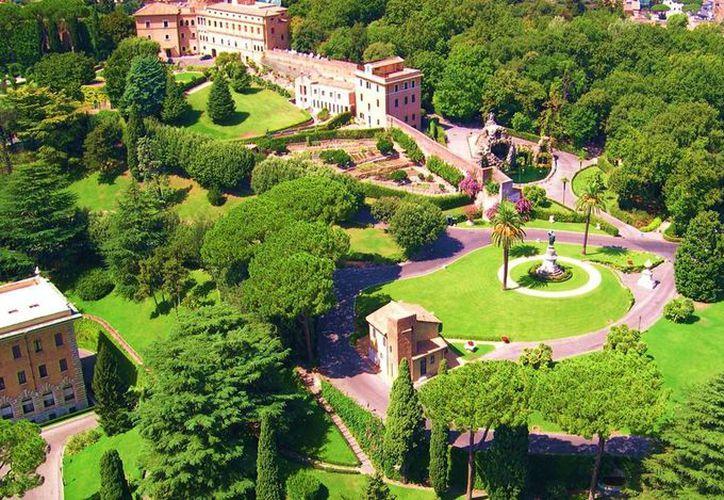 La zona ecológica ya se encuentra funcionando, para recibir inicialmente los desechos de papel y cartón producidos tanto por las oficinas como por las habitaciones del Estado papal. Imagen de contexto tomada de Wikipedia de los Jardínes del Vaticano. (Agencias)