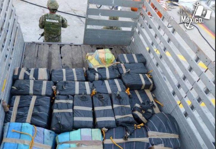 El personal adscrito a la Décimo Cuarta Zona Naval, con sede en Chiapas, detuvo a tres personas que viajaban en una pequeña balsa con media tonelada de cocaína. (Foto de la Semar tomada de jornada.unam.mx)