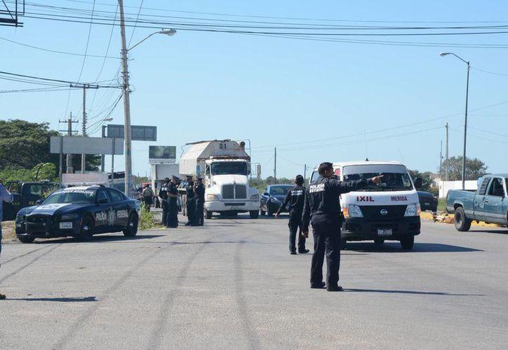 El bloqueo vecinal a la altura de Cholul provocó caos vial, por lo que al sitio llegaron agentes federales y de la SSP. (Foto: SIPSE)
