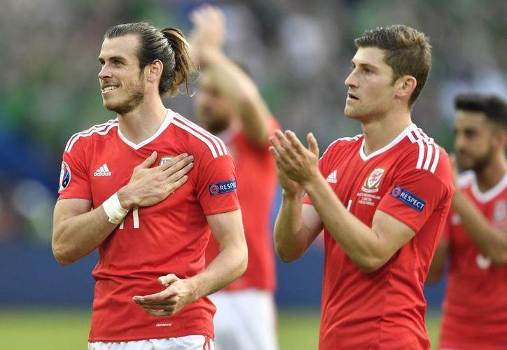 Gareth Bale volvió a echarse el equipo al hombro, y de esta manera los encaminó a sus primeros cuartos de final de la Eurocopa en toda la historia. (AP)
