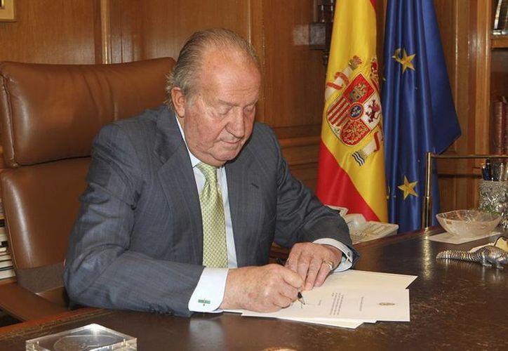 El rey Juan Carlos de Borbón abdicó hoy al trono de España, y se iniciará el proceso para transmitir la corona al príncipe de Asturias, Felipe de Borbón. (Agencias)