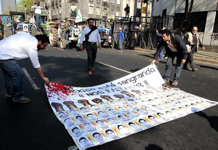 Imagen de archivo de una protesta por la desaparición de los 43 normalistas de Ayotzinapa, caso por el que la PGR entregó a la CNDH los avances de la investigación. (Archivo/Notimex)