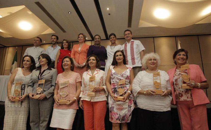 Las empresarias posan con sus reconocimientos por generar empleos durante más de 10 años. (Víctor Ruiz/SIPSE)