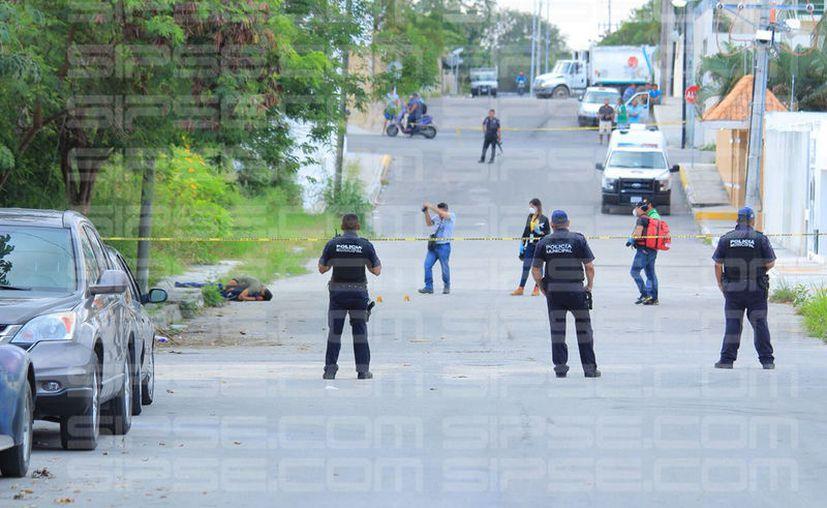 El Servicio Médico Forense (Semefo), arribó a la avenida 65, para levantar el cuerpo. (Foto: Ramón L.)