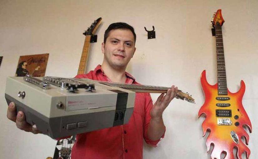 En lugar de conformarse con reproducir guitarras, Allan Flores decidió crear las propias y lanzar su marca. (Jorge López/Milenio)