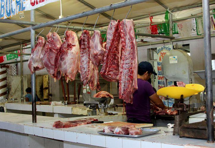 En los mercados públicos del municipio capitalino, los tablajeros cumplen la ley, aclaró la Dirección de Salud municipal. (Foto: Redacción / SIPSE)