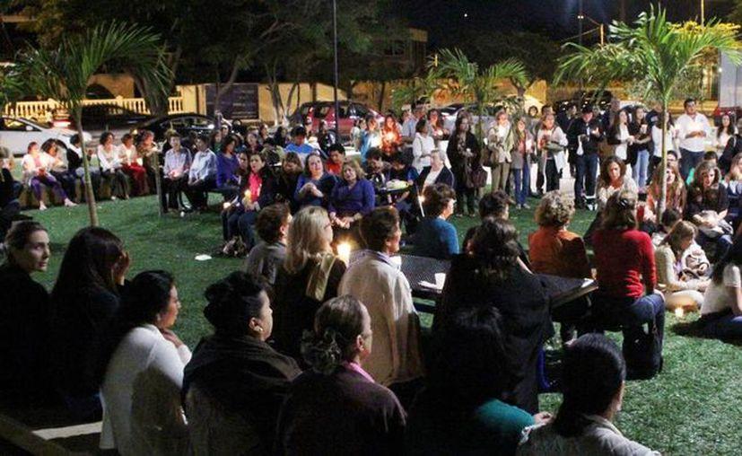 Más de un centenar de personas respondió al llamado para rezar un rosario por los normalistas. (Milenio Novedades)