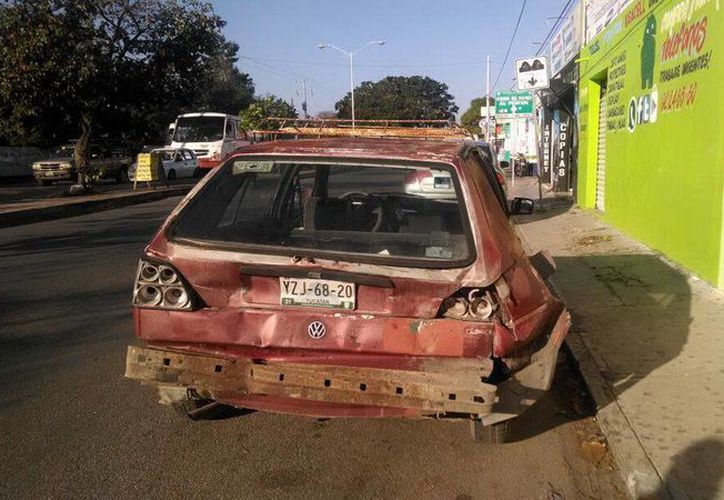 Un Golf fue impactado en su parte trasera por un autobús de la ruta Circuito Colonias, a unos pasos de la Unidad Deportiva Kukulcán. (Milenio Novedades)