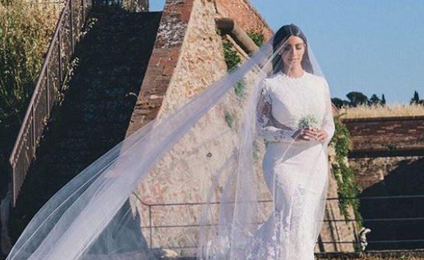 Kim Kardashian portó un vestido diseñado por Riccardo Tisci. Andrea Bocelli cantó para ellos. (Instagram)