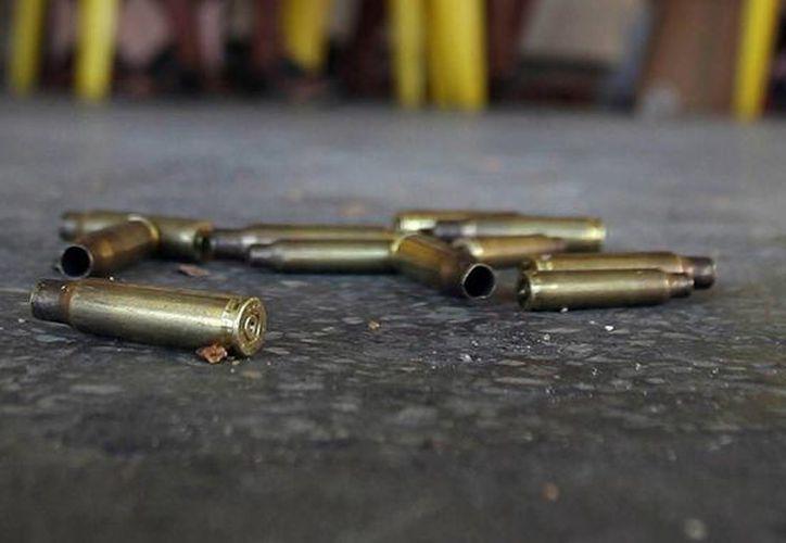 En el lugar del crimen quedaron esparcidos al menos medio centenar de cartuchos de armas de grueso calibre. Foto de contexto. (semanariolosperiodistas.mx)