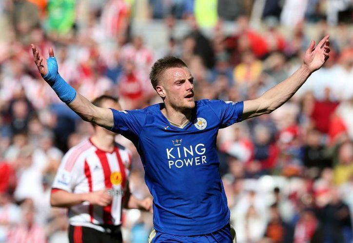 Vardy volvió a ser la estrella del Leicester tras anotar un doblete y dar la victoria con la que suma 72 puntos su equipo. (AP)