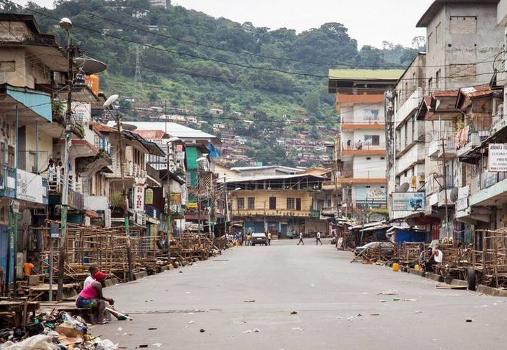 En general así lucían las calles de Freetown, Sierra Leona, este domingo en el último día de cuarentena decretada en todo el país para tratar de contener la expansión del virus del ébola. (Foto: AP)