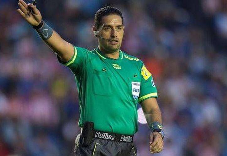Roberto García Orozco será el encargado de pitar el duelo entre Chivas y América, quienes buscarán su pase a las semifinales del Apertura 2016.(Foto tomada de Futbol Total)