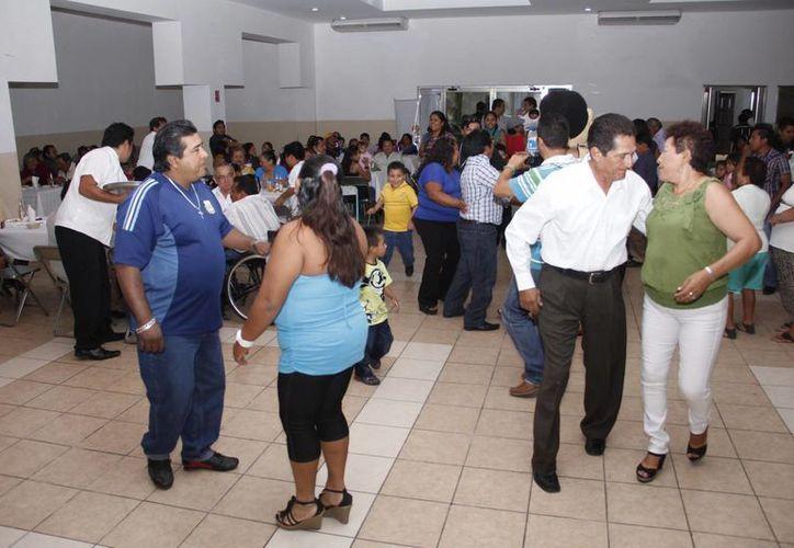 Un gran ambiente vivieron las familias de los festejados. (Juan Albornoz/SIPSE)