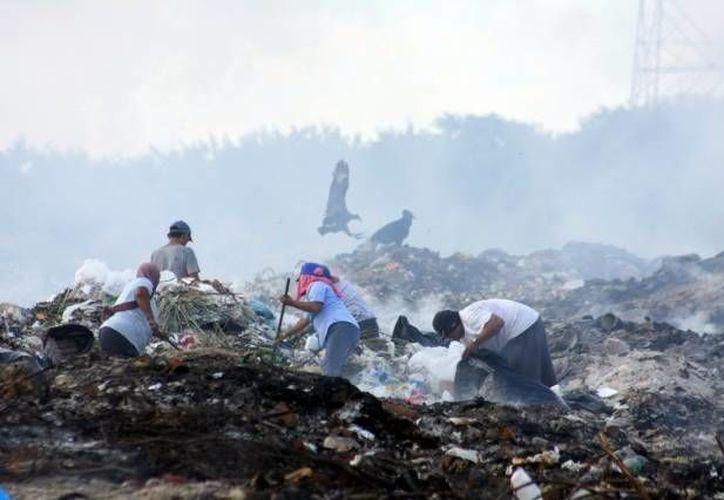 Los basureros a cielo abierto no sólo generan gases que afectan la calidad del aire y filtran su contaminación al subsuelo, sino que además generan incendios. (Archivo/SIPSE)