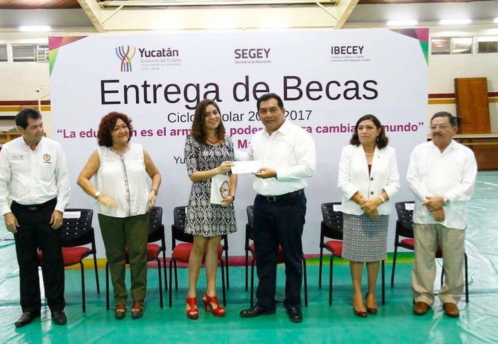 El secretario de Educación Estatal, Víctor Caballero Durán, al momento de la entrega de becas a estudiantes. (Milenio Novedades)