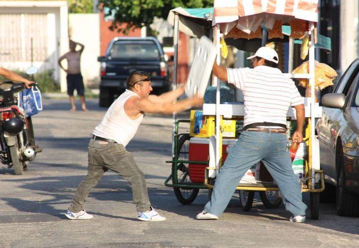 Varios vecinos intervinieron sin éxito para calmar el pleito. (Martín González/SIPSE)