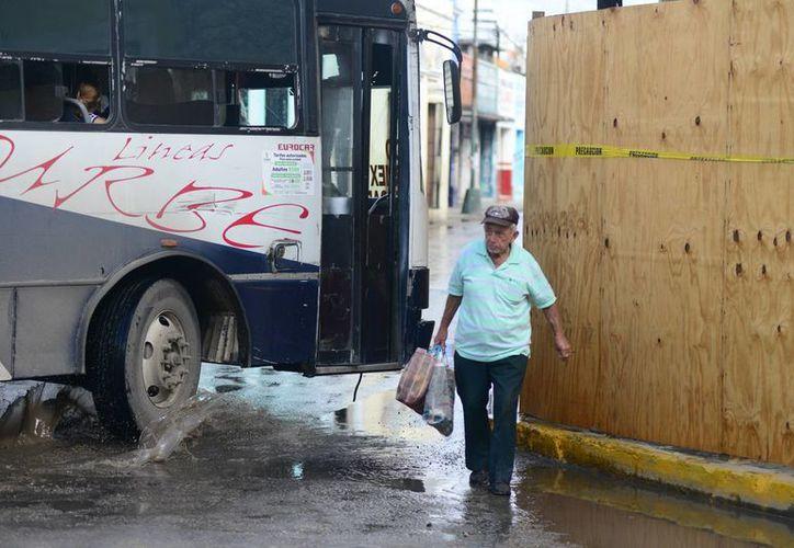 En la calle 71 con 52 del centro de Mérida un persona por poco es golpeada por un autobús. (Milenio Novedades)