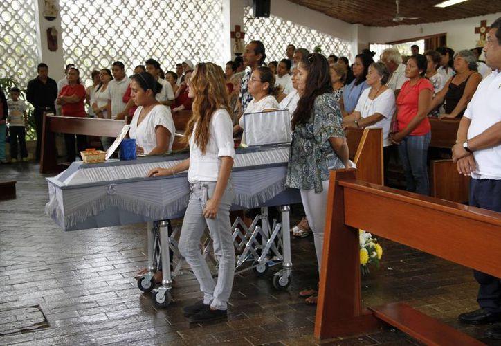 Compañeros y amigos estuvieron presentes en la celebración eucarística. (Tomás Álvarez/SIPSE)