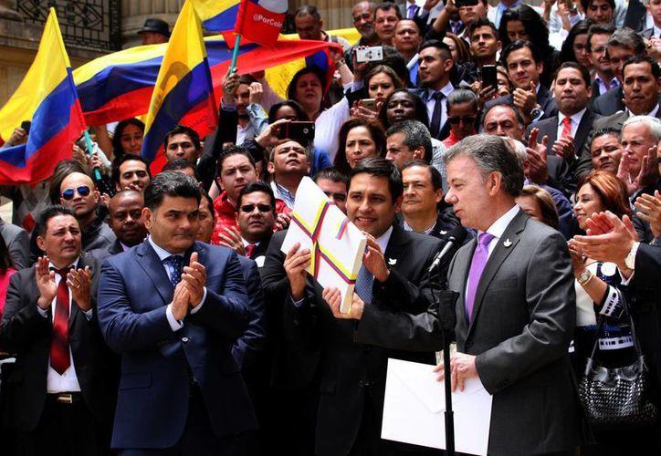 El presidente Juan Manuel Santos anunció el lunes pasado la entrada en vigor del cese de hostilidades con las FARC. (AP Archivo/Felipe Caicedo)