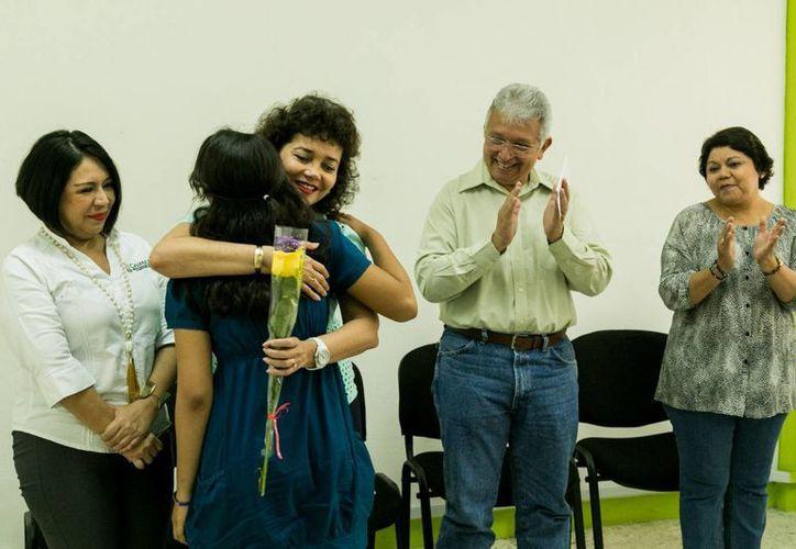 Este viernes dos jovencitas fueron entregadas por el DIF Yucatán en adopción a sus dos nuevas familias. (Foto cortesía del Gobierno de Yucatán)