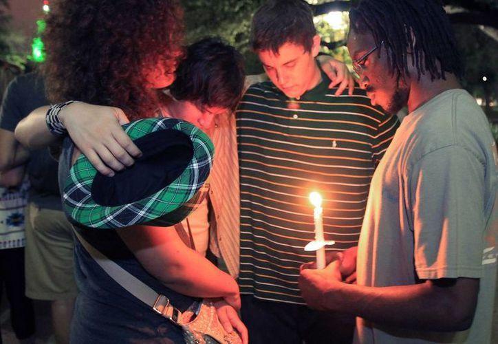 Familiares y vecinos oran por las víctimas de la explosión en la planta de fertilizantes, West Fertilizer Co. (Agencias)