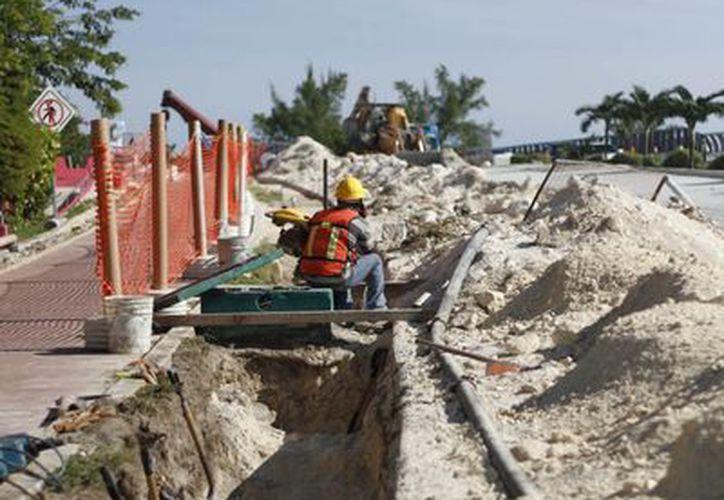 Las obras se realizan del lado del mar Caribe, por el carril de bajada. (Israel Leal/SIPSE)