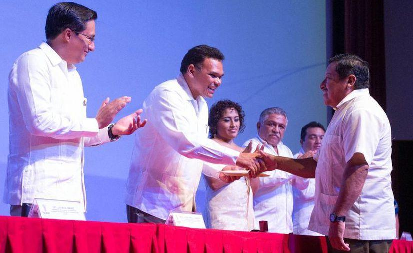 El gobernador Rolando Zapata Bello encabezó ayer un evento en el Isstey. (Cortesía)