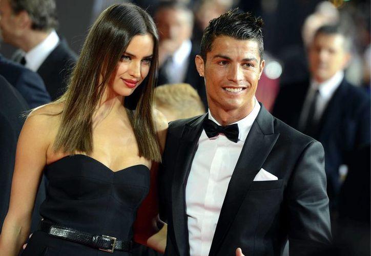 Cristiano Ronaldo y su entonces novia Irina Shayk, durante la gala del Balón de Oro del año pasado. En la más reciente edición, hace unos días, ella no lo acompañó y ahora se dio a conocer que la relación entre ambos llegó a su fin. (Foto de archivo de AP)