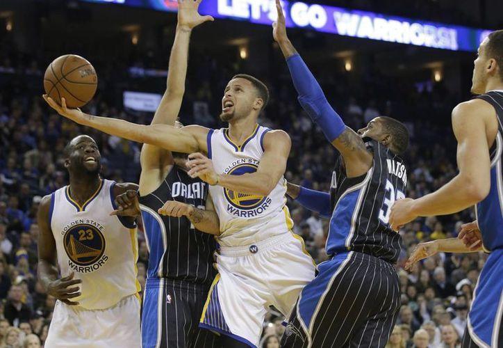 Golden State enfrentará a Memphis buscando superar el récord de Bulls de Chicago, en el último partido de la temporada regular. (AP)