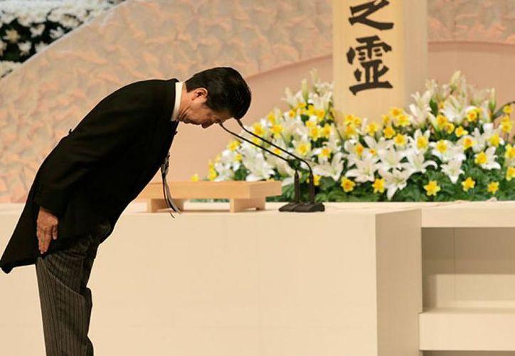 El Príncipe de Japón, Akishino, y la princesa Kiko, se inclinan frente a un altar para las víctimas del sismo y el tsunami. (Foto: AP)
