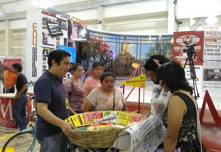 Para ofrecer sus libros en canasta, Enrique Heredia llama la atención de la gente por medio del timbre de su bicicleta. (Daniel Uicab/SIPSE)