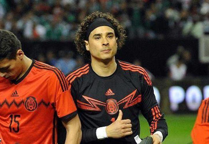 Si de cerrar círculos habláramos, al portero Guillermo Ochoa (c) le falta cerrar, y desde hace tiempo, el que le corresponde a la Selección de México en su carrera. (Agencias)