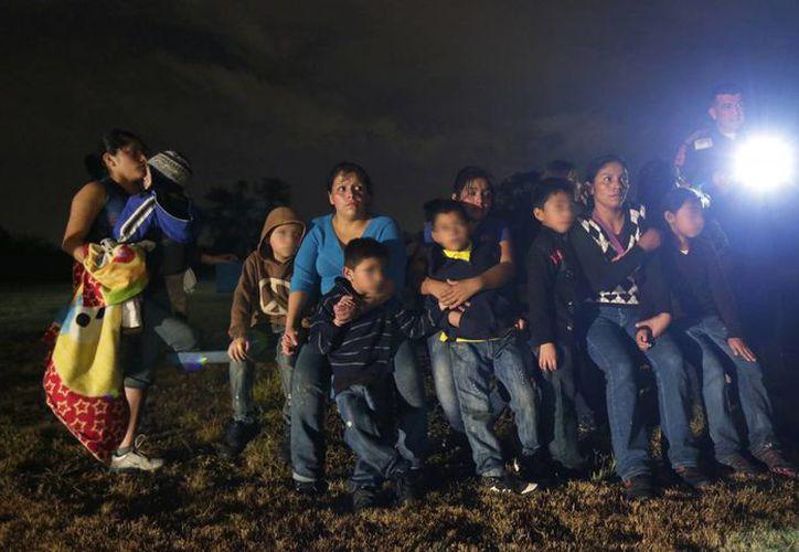 Un grupo de niños de Honduras y El Salvador que cruzaron ilegalmente la frontera de Estados Unidos son detenidos en Granjeno, Texas. (Agencias)