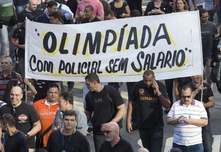 La economía de Brasil sigue en picada a pocas semanas de la justa deportiva más importante del planeta. Muchos sectores, entre ellos la policía, sufren la crisis económica que arrastra el país desde hace varios meses. (AP)